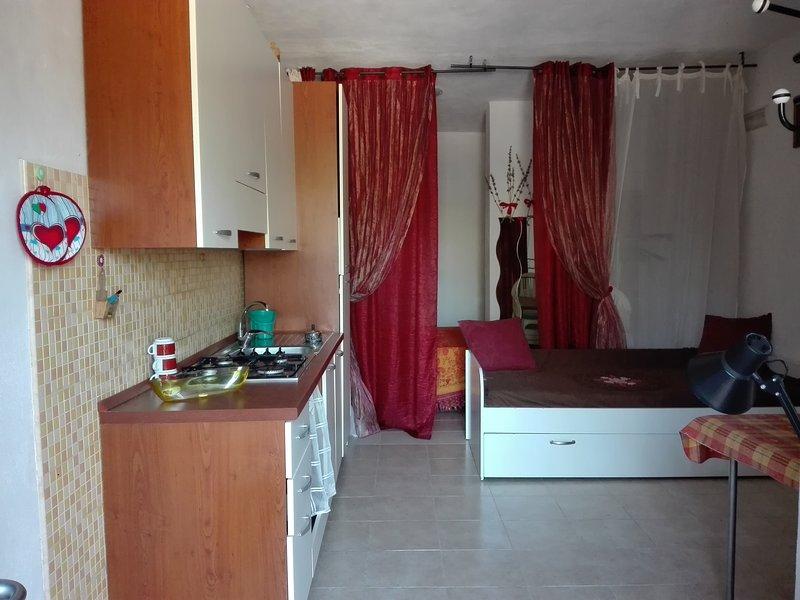 Appartamento monomaxi-Valle degli ulivi nel verde a pochi minuti dal mare 3, casa vacanza a Chiesiola