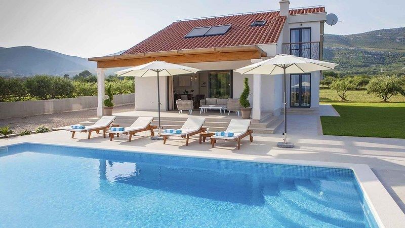 Luxurious villa Flora with private pool EOS-CROATIA, location de vacances à Kastel Novi