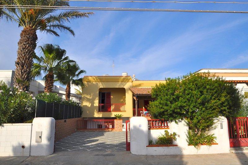 Villa con tre camere da letto, da 8 posti letto a pochi metri dal mare - Villa, holiday rental in Torre Suda