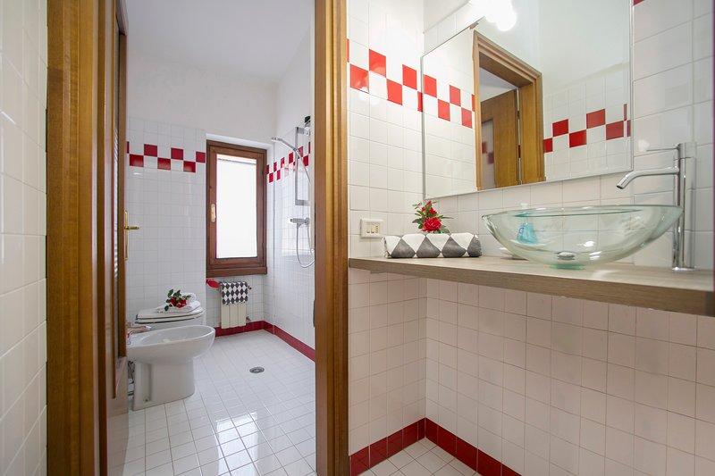 Badrummet med bidé, dusch och toalett