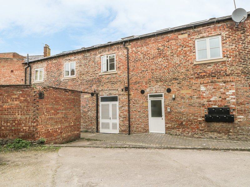 MORLEYS MEWS, lovely duplex apartment in historic market town, close cathedral, holiday rental in Skidby