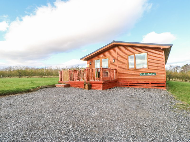 NORTHUMBERLAND LODGE, open-plan, hot tub, all ground floor, near Barnard, holiday rental in Moulton