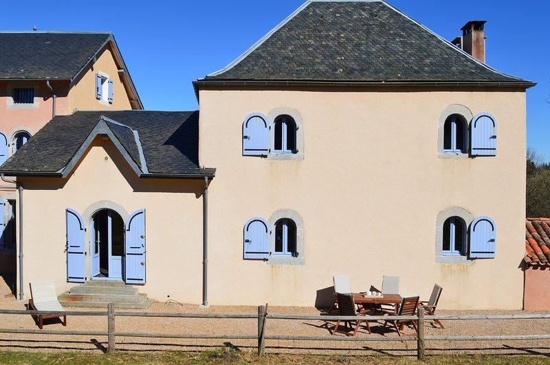 Gîte En Dardé 5 - Schitterend Château uit 1800 op 90 hectare bos en grasland, holiday rental in Lacombe