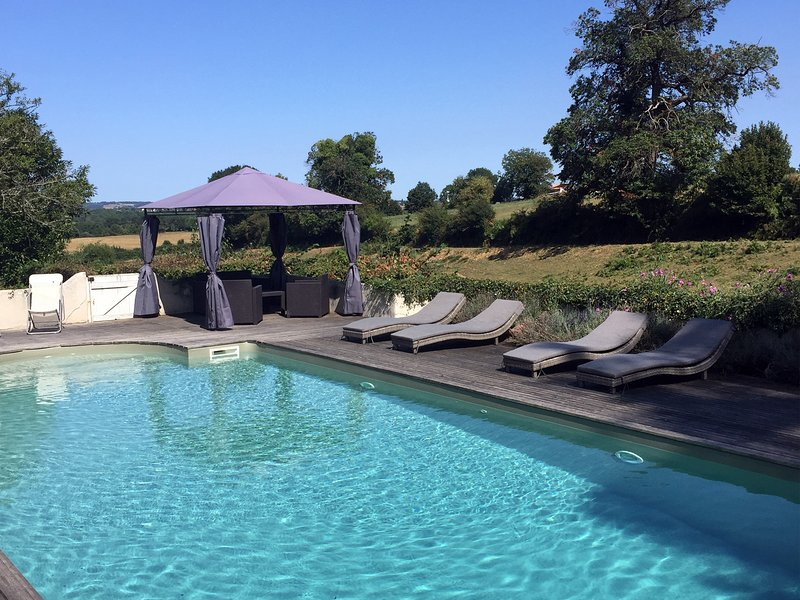 Family Friendly Holiday Home with Pool & Garden in rural setting, location de vacances à La Caillère-Saint-Hilaire