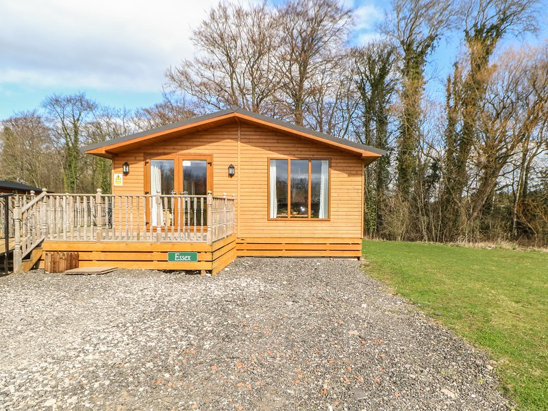 ESSEX LODGE, detached, hot tub, pet-friendly, shared grassed areas, in Kiplin, holiday rental in Moulton