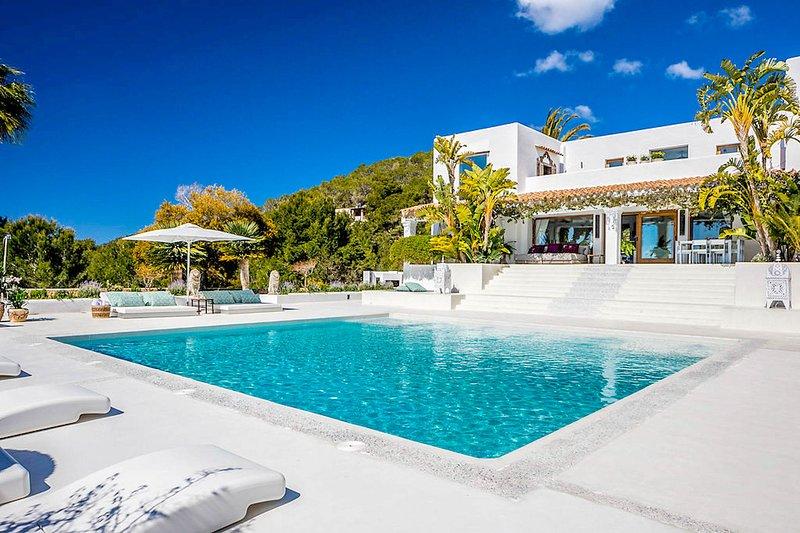 Colonia de Sant Jordi Villa Sleeps 12 with Pool and Air Con - 5780769, vacation rental in Es Codolar