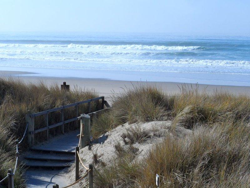 Vue des marches menant à la plage depuis notre pont.