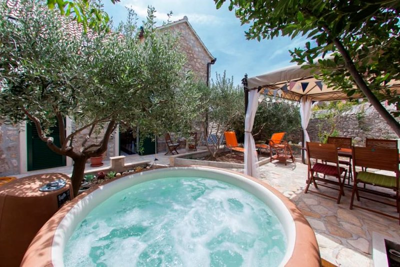 Apartment Sara 4 Bol, olive garden, vacation rental in Bol