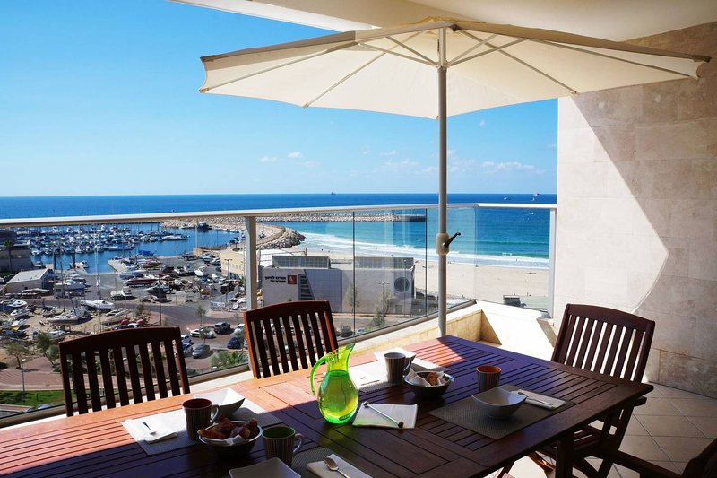 Luxury apartment On The Beach – semesterbostad i Zuqim