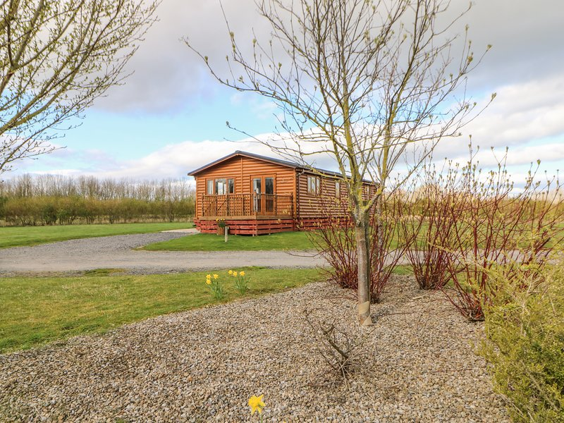 SOMERSET LODGE, luxury pet-friendly lodge with hot tub, Kiplin Ref 911929, holiday rental in Moulton