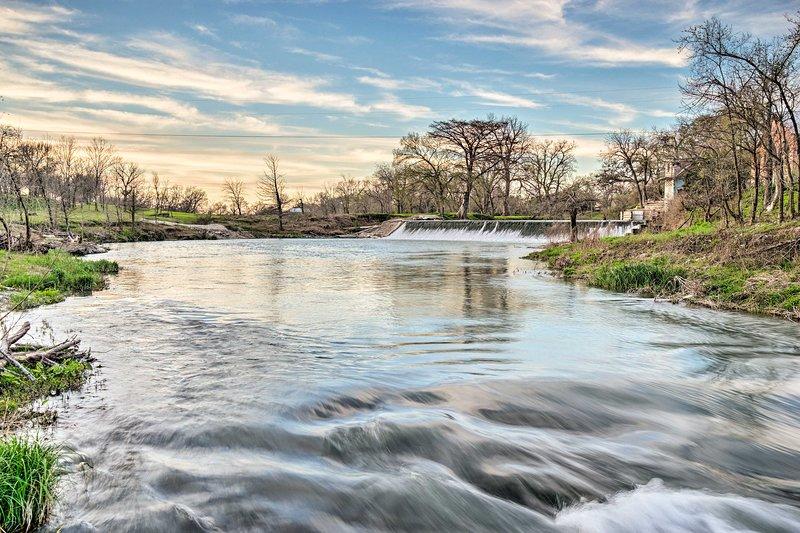 El río San Marcos fluye justo al pasar la casa.