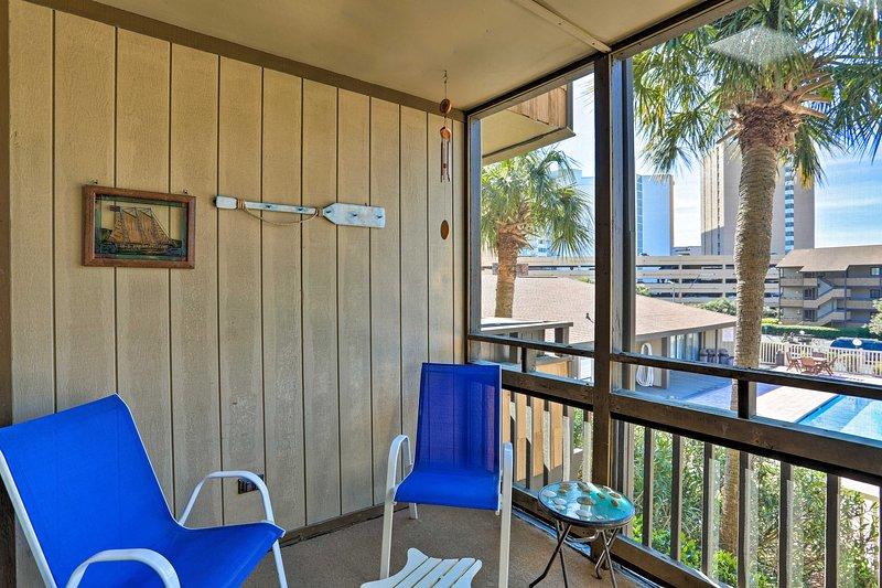 Goditi l'aria fresca sul balcone riparato dell'appartamento.