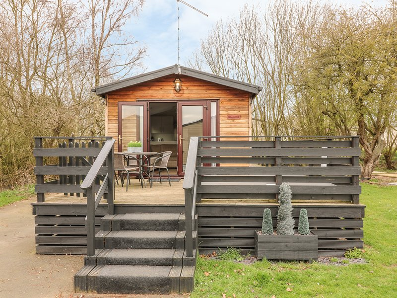 CEDAR LODGE, detached lodge, private hot tub, on-site facilities, in Tattershall, vacation rental in Tattershall