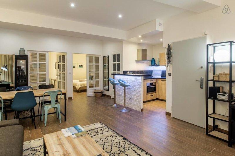 Gran salón con cocina abierta.