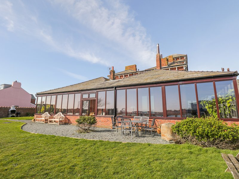 ROA ISLAND HOUSE, family friendly, character holiday cottage, with hot tub in, location de vacances à Newton in Furness