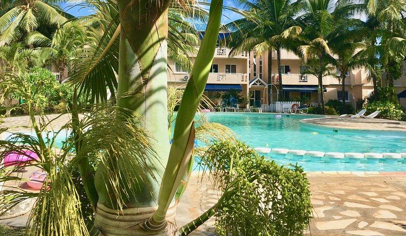 FLIC EN FLAC - Appartement terrasse avec piscine - Bord de Mer / Top floor apt, vacation rental in Flic En Flac