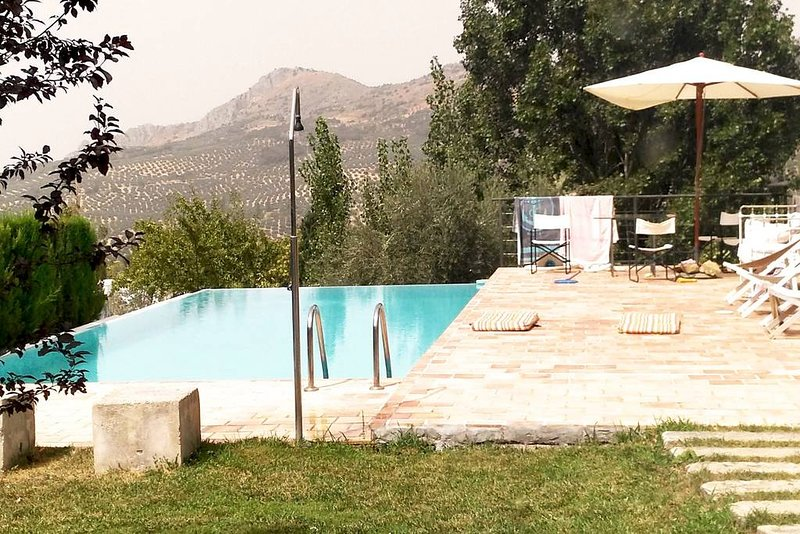 Spacious villa with swimming-pool, alquiler de vacaciones en Castillo de Locubín