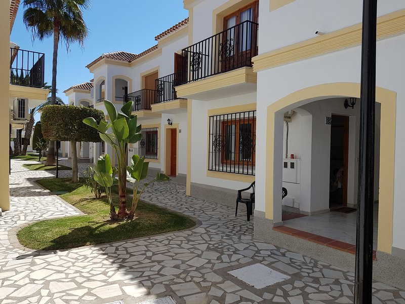 Our one bed flat sleeps three adults. On a gated community with 2 pools, alquiler vacacional en Playas de Vera