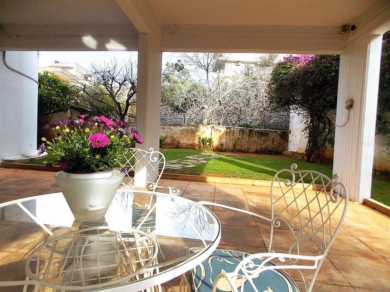 Glyfada spacious apartment/Garden, location de vacances à Voula