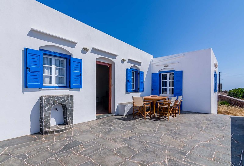 Sifnos- Spacious 2-bedroom house with fantastic yard!, aluguéis de temporada em Megalo Livadi