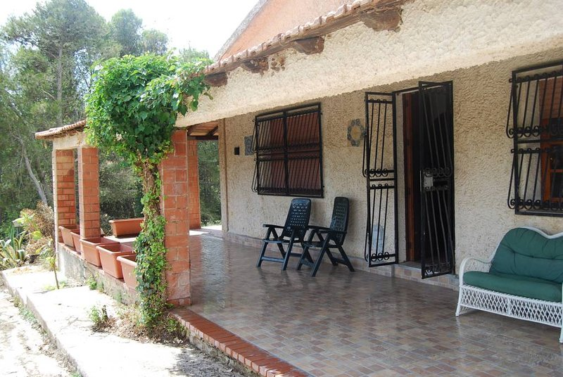 Spacious house with garden & Wifi, holiday rental in Salaparuta