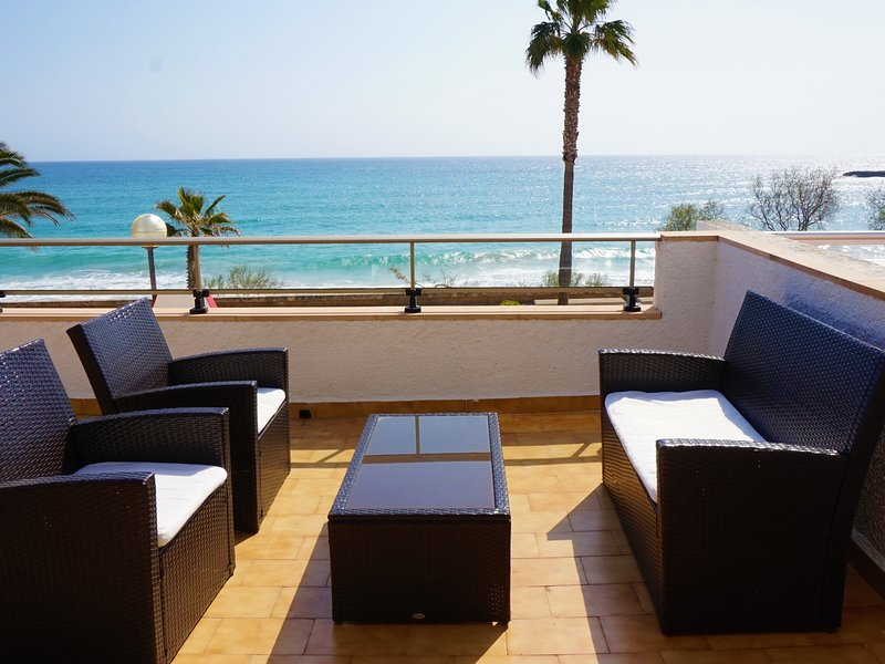 Apartment with terrace by the beach with sea view - Antic 101, location de vacances à S'illot
