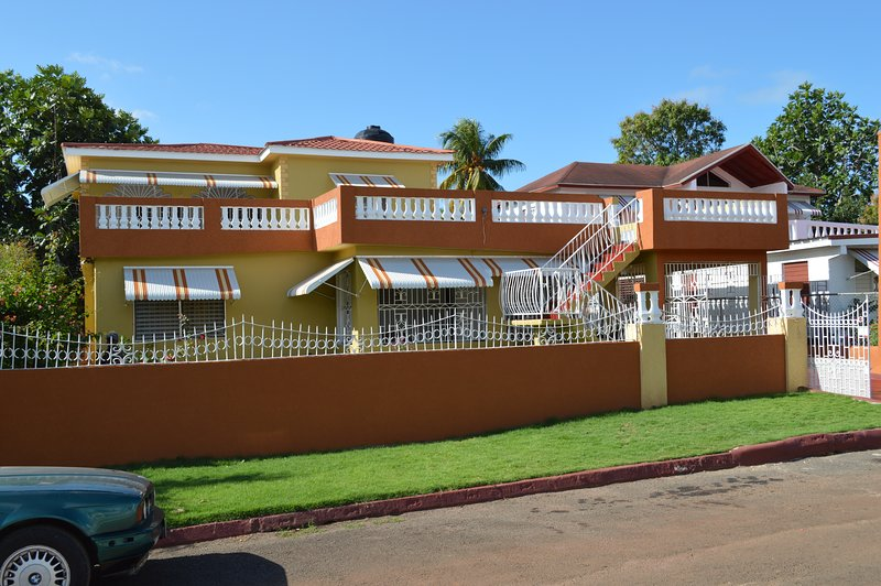 Villa de Clara:     A gorgeous spacious house in an exclusive community, vacation rental in Old Harbour