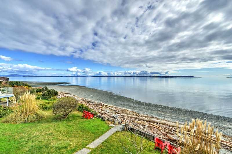 Spectacular 4 Bedroom Oceanfront Beach House, holiday rental in Saanichton