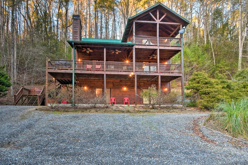 Riverfront 'Rosewater Cabin' w/Hot Tub, Game Room!, casa vacanza a Chatsworth