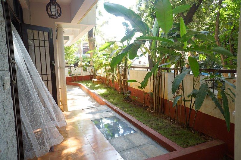 George & Stanley's quiet room with a private garden facing a park', location de vacances à Bangalore
