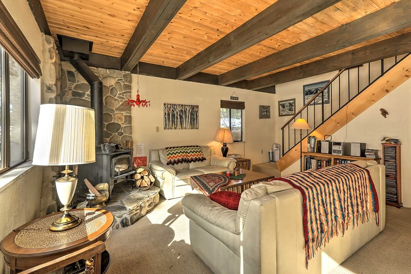 Classic Cabin w/ Pets Allowed 10 Mi to Northstar!, holiday rental in Floriston