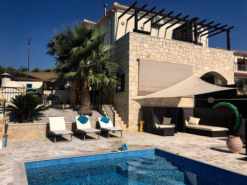 Zentrum Villas | Villa Rokka House with Private heated pool, location de vacances à Tavronitis