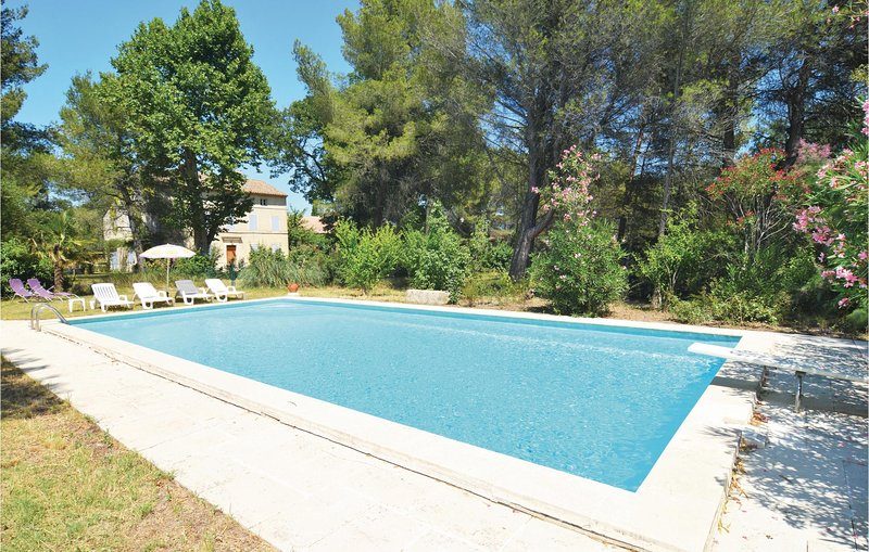 Nice apartment in Saint-Rémy-de-Provence with Outdoor swimming pool, WiFi and 1, vacation rental in Paluds de Noves