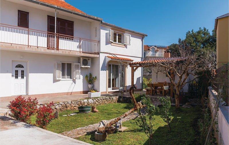 Beautiful apartment in Brodarica with WiFi and 3 Bedrooms (CDJ644), alquiler de vacaciones en Krapanj