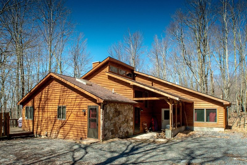 Dancing Bear - 349 Ridge Road  Dancing Bear - Private Wooded Lot, Pet Friendly,, aluguéis de temporada em Vale do Canaã