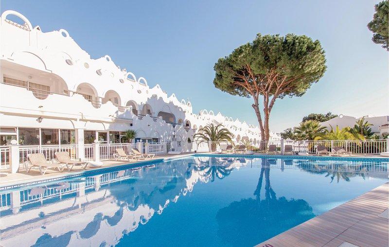 Beautiful home in Las Chapas Marbella with Sauna, 1 Bedrooms and Outdoor swimmin, alquiler vacacional en Artola