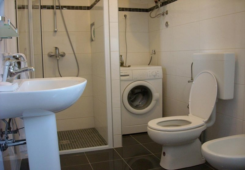 H (6 + 1): salle de bain avec toilette