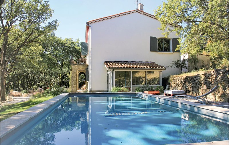 Stunning home in Chateauneuf de Mazenc with WiFi, 4 Bedrooms and Outdoor swimmin, holiday rental in Cleon-d'Andran