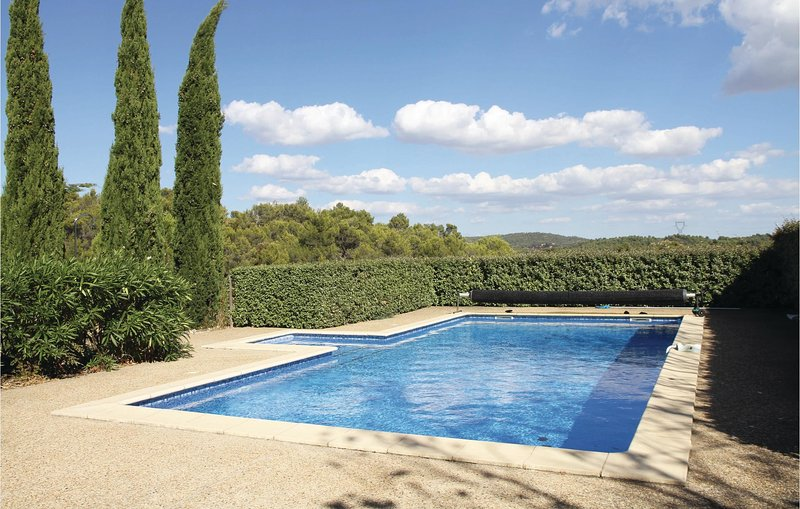 Beautiful home in La Prade with Outdoor swimming pool, Outdoor swimming pool and, casa vacanza a Velieux