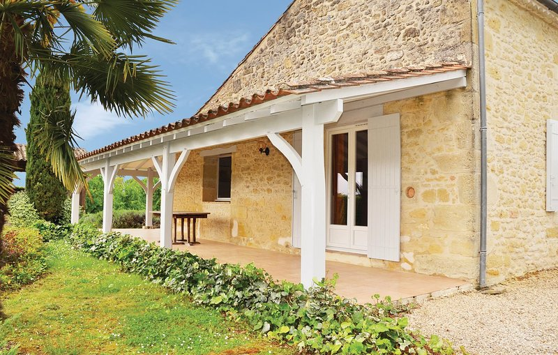 Stunning home in St. Vivien de Monsegur with Outdoor swimming pool, 4 Bedrooms a, holiday rental in Sainte-Gemme