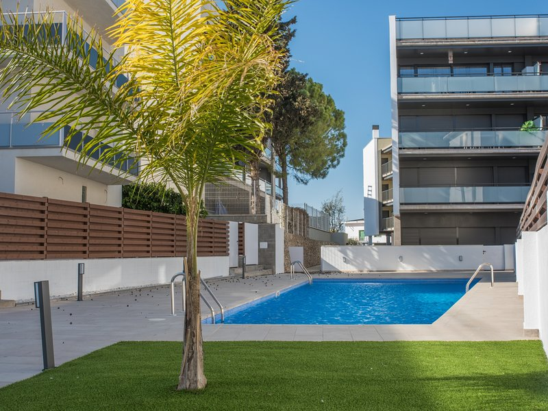 Apartment with pool and parking only 2min beach, alquiler de vacaciones en Torredembarra