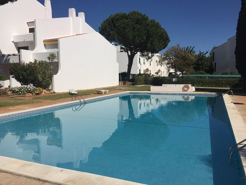 NEW LIST Great Value and Location with Sea View and Spacious Swimming Pool Area!, vacation rental in Vilamoura