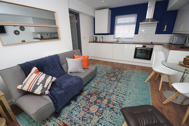 Cool, chic and comfortable apartment sleeps 4 close to centre and station, vacation rental in Stockport