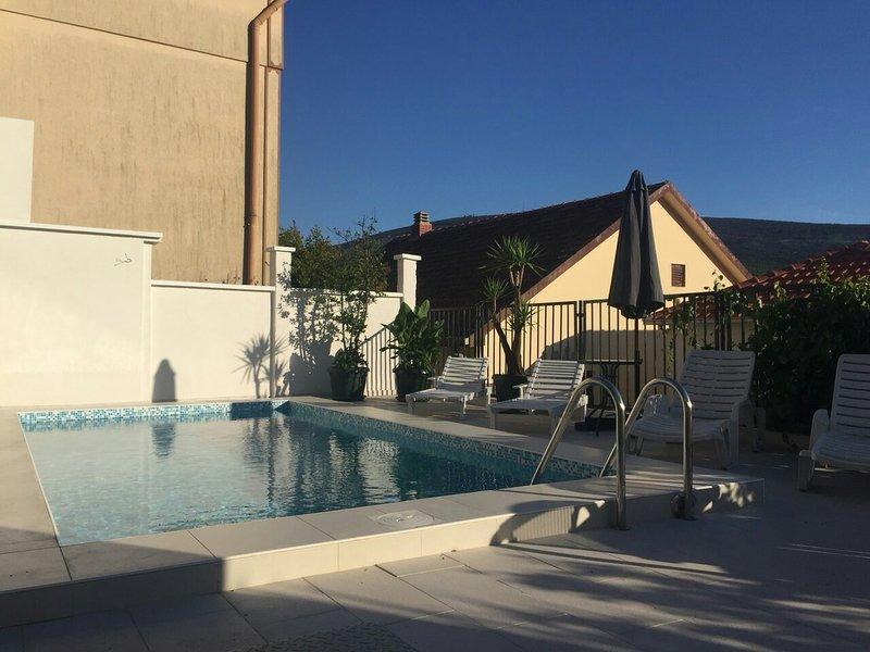 'Riva'  four bedroom villa with pool, location de vacances à Herceg-Novi