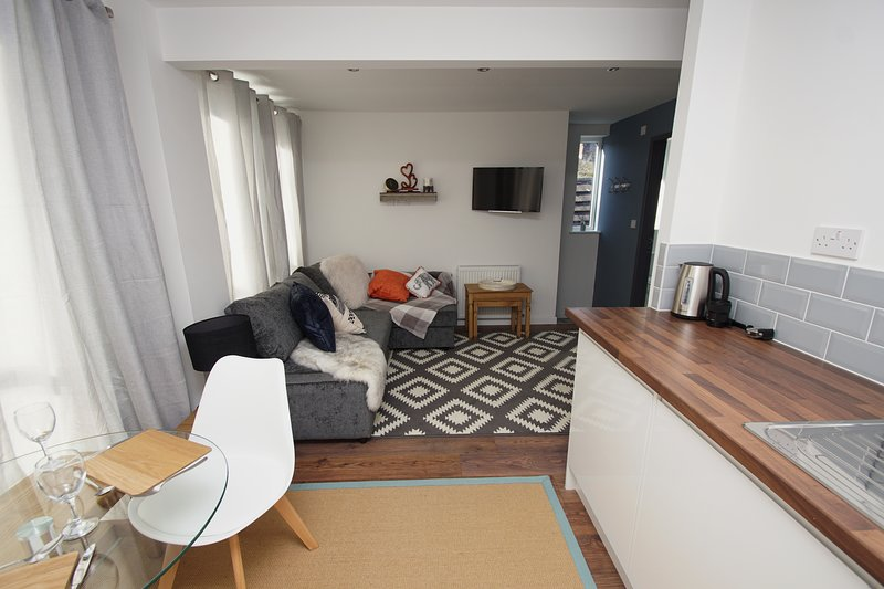 Amazing chic apartment sleeps 4 close to town, hospital and train station, vacation rental in Stockport