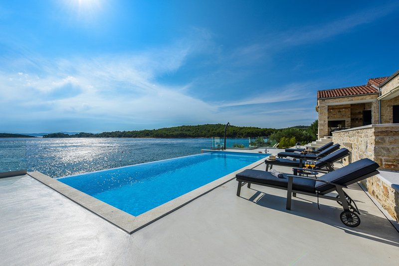 Beautiful Villa Proversa, in Dalmatia, with a Pool, holiday rental in Zdrelac