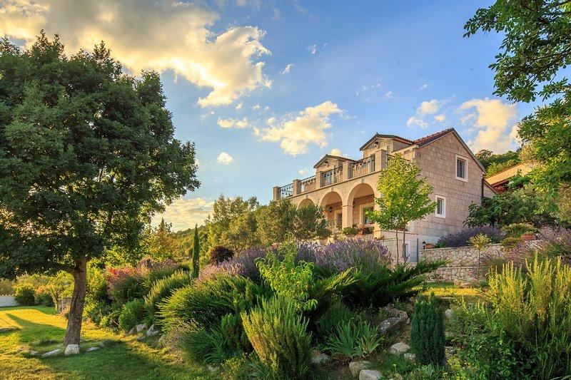 Villa Gala&Galina, in Dalmatia, with a Pool, holiday rental in Vedrine
