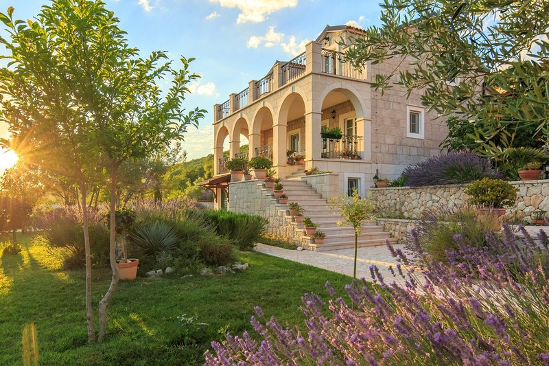 Villa Gala, in Dalmatia, with a Pool, holiday rental in Vedrine