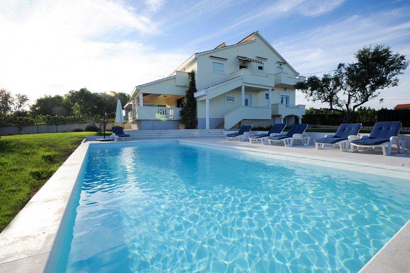 Villa Matea Luxury apartment in Nin 4+1, holiday rental in Poljica