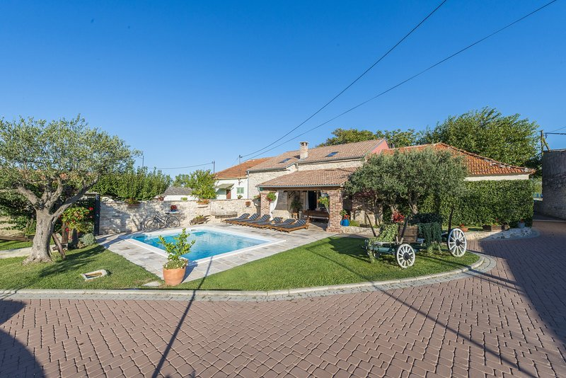 Stone Villa Šišman, in Dalmatia, with a Pool, aluguéis de temporada em Suhovare